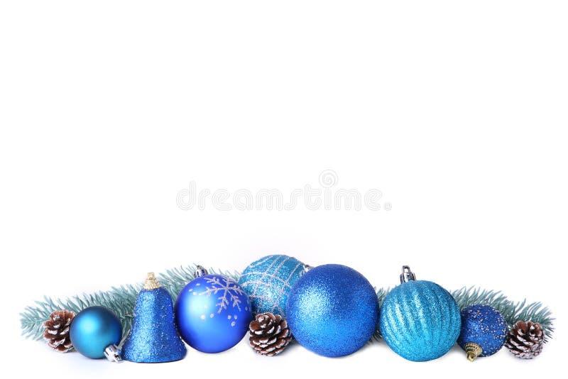Metta delle palle blu di Natale con la decorazione isolata su bianco fotografia stock libera da diritti