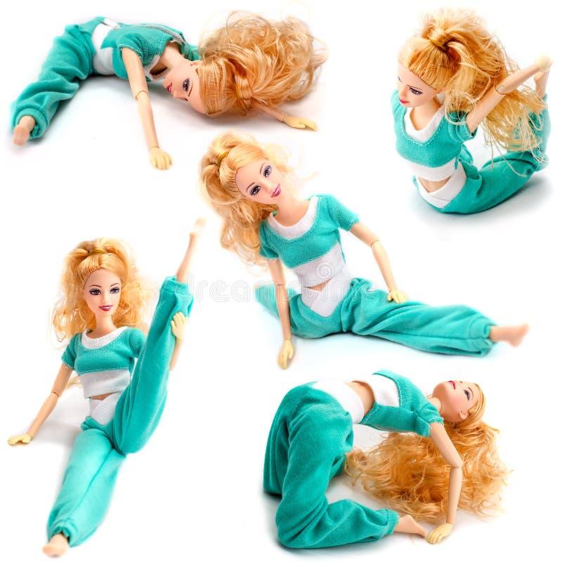 Metta delle pose in cui la bambola di Barbie è situata La bambola graziosa che si siede nella cordicella differente di posa ha al immagine stock