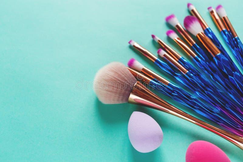 Metta delle spazzole metalliche porpora di trucco della varia viola d'avanguardia professionale di modo, miscelatori di bellezza  immagini stock libere da diritti