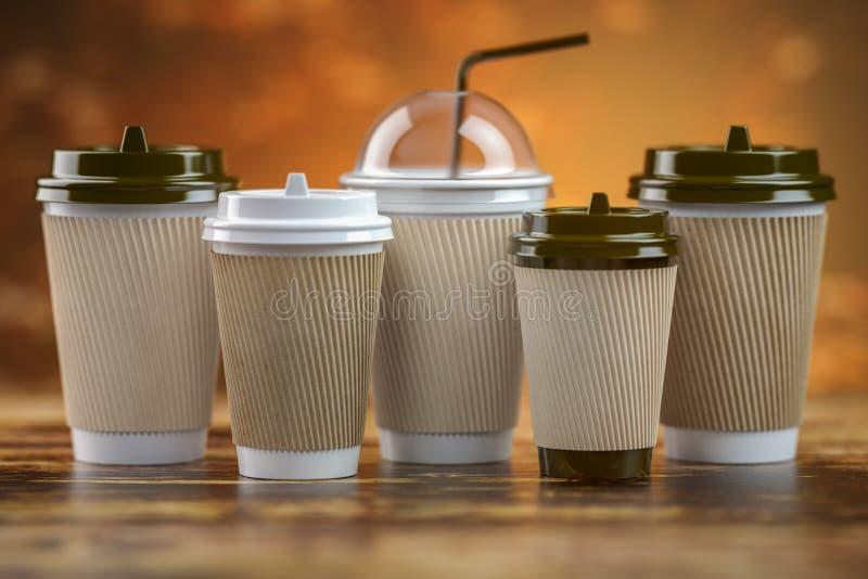 Metta delle tazze di carta del caff? Modello del modello per il negozio del caff? Tipi differenti di caffè illustrazione vettoriale