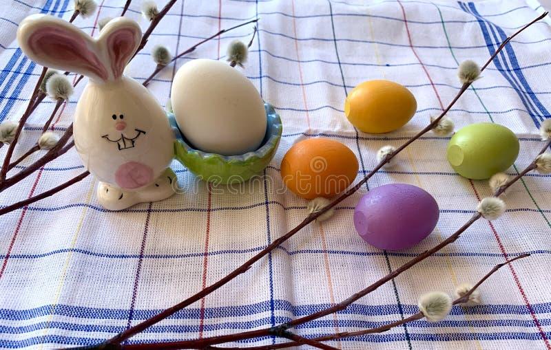 Metta delle uova per la festa di Pasqua immagini stock libere da diritti