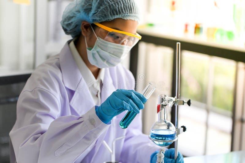 Metta dello sviluppo chimico e della farmacia del tubo nel concetto della tecnologia del laboratorio, della biochimica e della ri immagini stock libere da diritti
