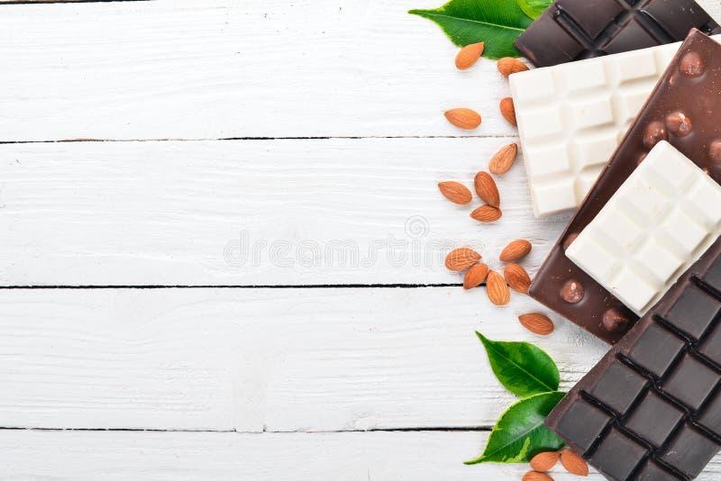 Metta di buio e di cioccolato al latte con le mandorle fotografie stock libere da diritti