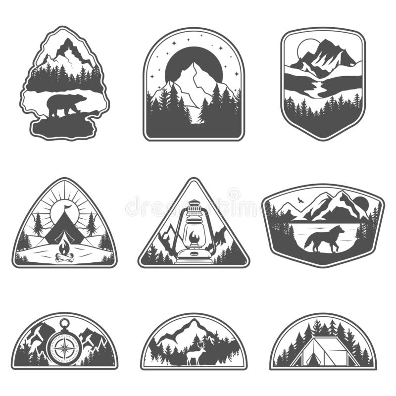 Metta di nove emblemi di viaggio del nero della montagna Emblemi di avventura, distintivi e toppe all'aperto di campeggio di logo illustrazione vettoriale