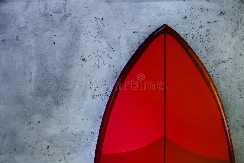 Metta di nuovi bordi di spuma alla moda rossi su fondo concreto immagini stock