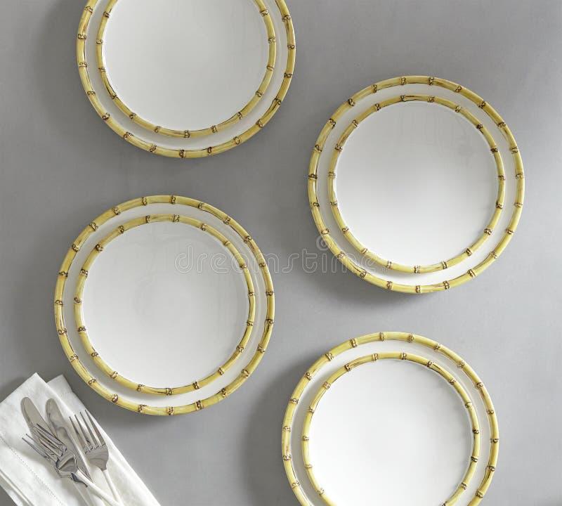 Metta di 4 piatti decorativi di corrispondenza per interior design - onde gialle immagini stock libere da diritti