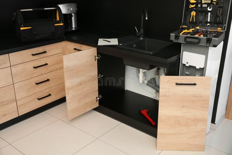 Metta di scandagliare gli strumenti vicino al lavandino rotto Servizio di riparazione immagine stock libera da diritti