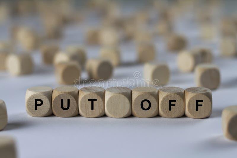 Metta il cubo fuori con le lettere, segno con i cubi di legno immagine stock libera da diritti