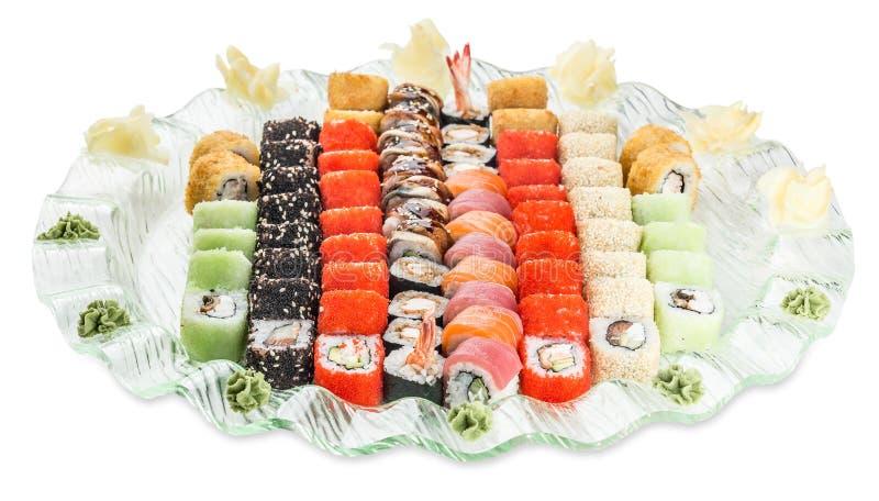 Metta il piatto dei rotoli di sushi - isolato su fondo bianco immagini stock libere da diritti