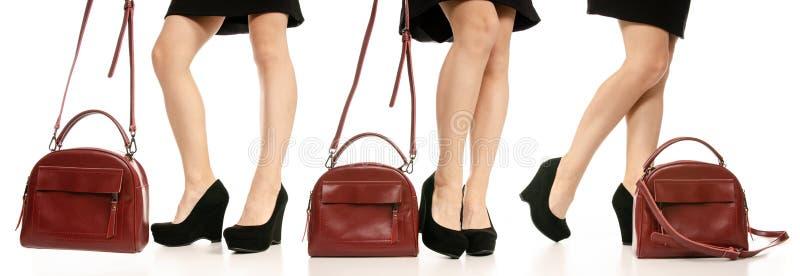 Metta la borsa rossa nera della borsa delle scarpe di vestito dai piedi delle gambe della donna fotografia stock libera da diritti