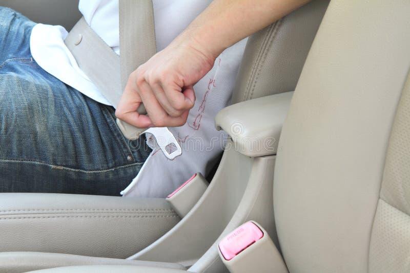 Metta la cintura di sicurezza immagine stock
