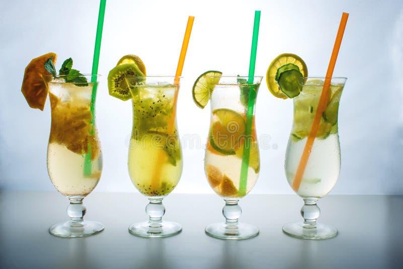 Metta la limonata con ghiaccio nell'uragano di vetro con i frutti tropicali fotografia stock