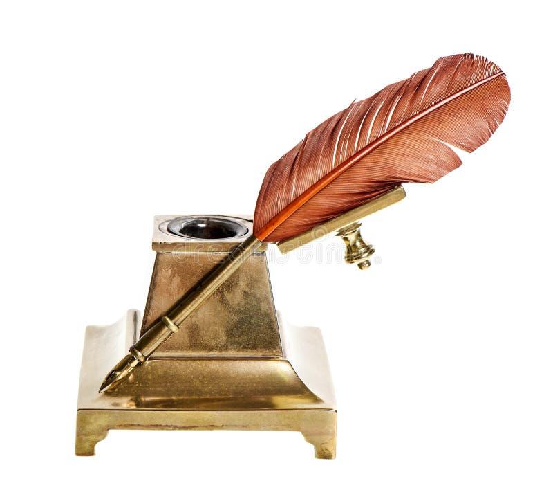 Metta le piume alla penna con il calamaio antico isolato su bianco fotografia stock libera da diritti