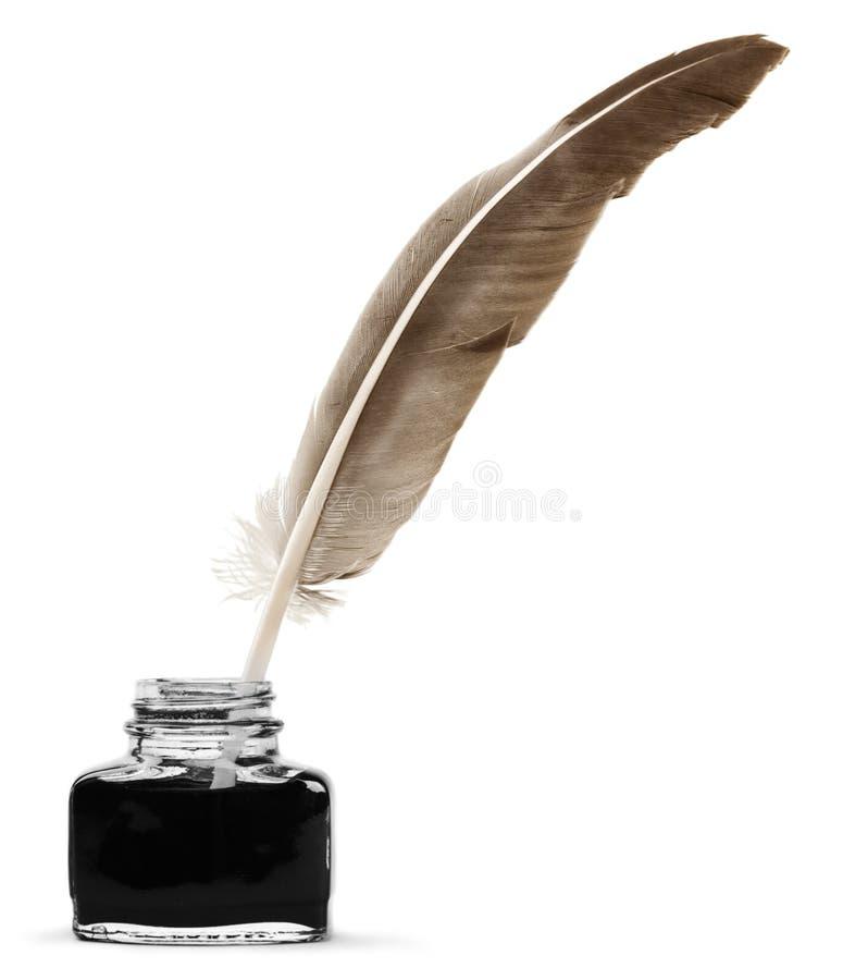 Metta le piume alla penna di spoletta ed al calamaio di vetro isolati sulla a fotografia stock libera da diritti