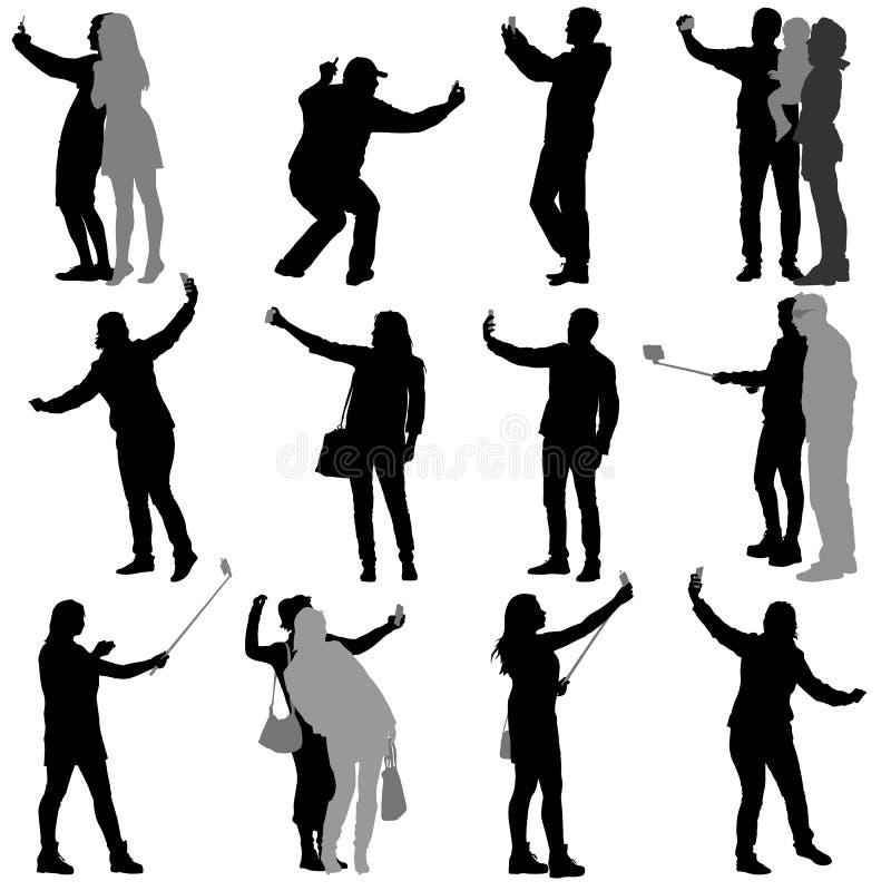 Metta le siluette uomo e donna che prendono il selfie con lo smartphone su fondo bianco Illustrazione di vettore illustrazione di stock