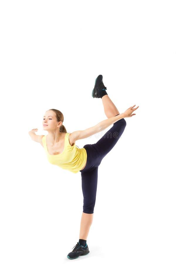 Metta in mostra la donna di forma fisica, giovane ragazza in buona salute che fa gli esercizi, ritratto integrale isolato immagine stock