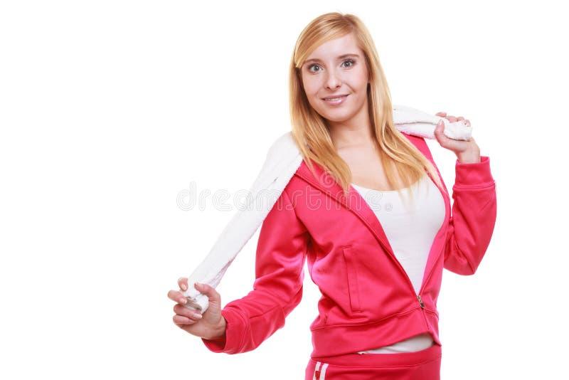 Metta in mostra la ragazza sorridente di forma fisica della donna con l'asciugamano isolato su bianco fotografia stock libera da diritti