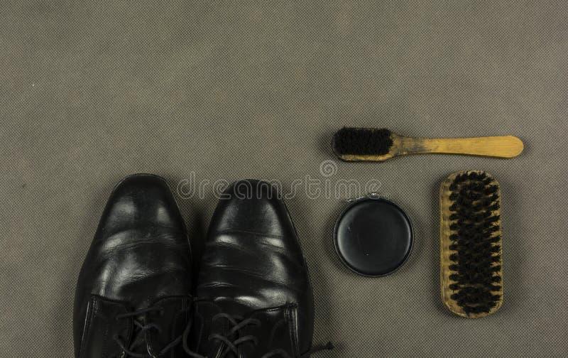 Metta per le scarpe d'incollatura e di pulizia fotografie stock