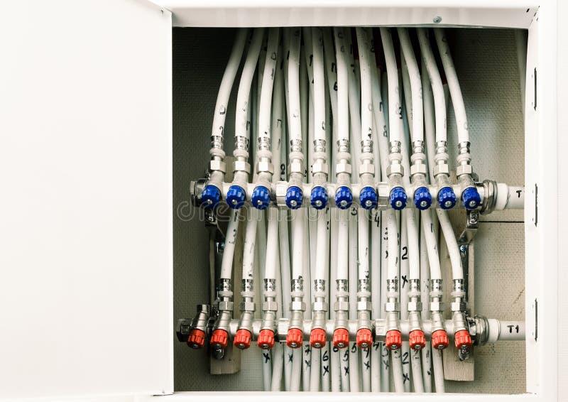 Mettant d'aplomb les tuyaux en plastique blancs, des garnitures et les robinets à tournant sphérique sont installés dans la boîte photo stock