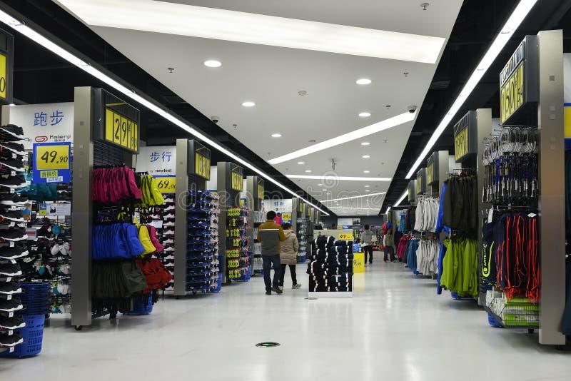 Mette in mostra il supermercato delle merci, il deposito delle merci di sport, il centro commerciale di sport, negozio di vestiti immagini stock