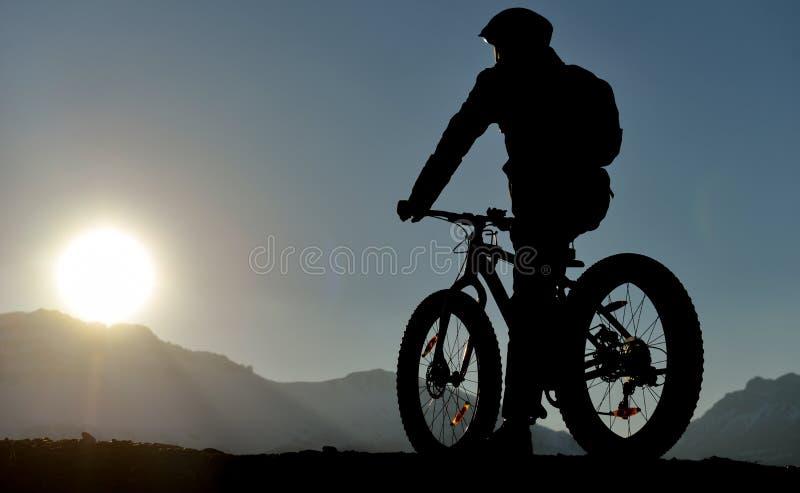 Mette in mostra la siluetta del ciclista immagini stock