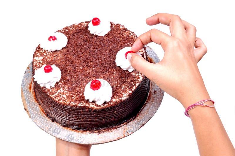 Mettendo ciliegia sulla torta immagini stock