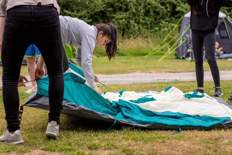 Mettendo sulla tenda sul viaggio di campeggio fotografie stock
