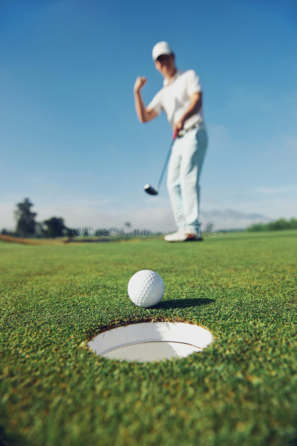 Mettere l'uomo di golf immagine stock