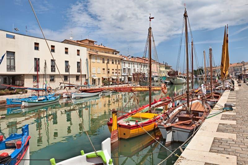 Mettez en communication le canal avec les voiliers en bois dans Cesenatico, Emilia Romagna, image libre de droits
