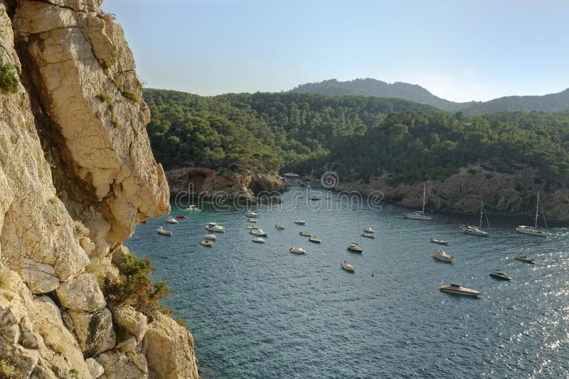Mettez en communication le miquel de San, ibiza, Espagne : petits bateaux de vitesse photo libre de droits