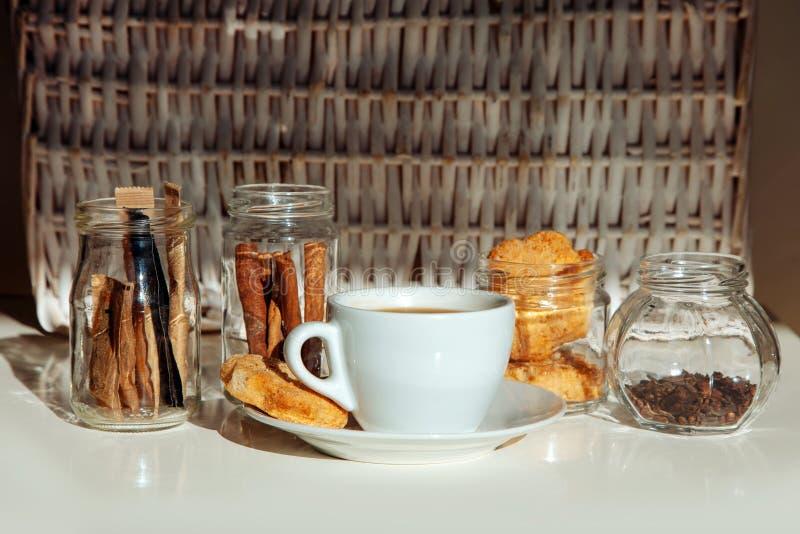 Mettez en forme de tasse l'ombre blanche de pots en verre de fond de biscuits de chocolat de bâton de cannelle de biscuits de caf photographie stock libre de droits