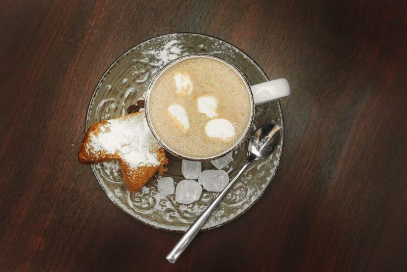 Mettez en forme de tasse le cacao chaud avec les guimauves, biscuits sur un bureau avec la poudre de sucre pour des vacances de N photos libres de droits