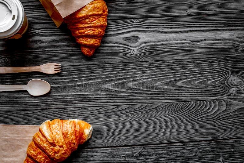 Mettez en forme de tasse le café et le pain dans le sac de papier sur le fond en bois image stock