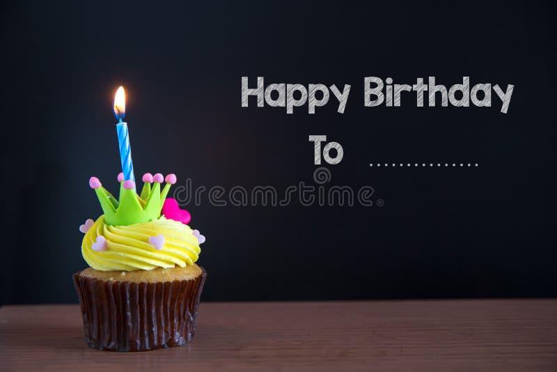 Mettez en forme de tasse le gâteau et joyeux anniversaire le texte sur le fond de tableau photos stock