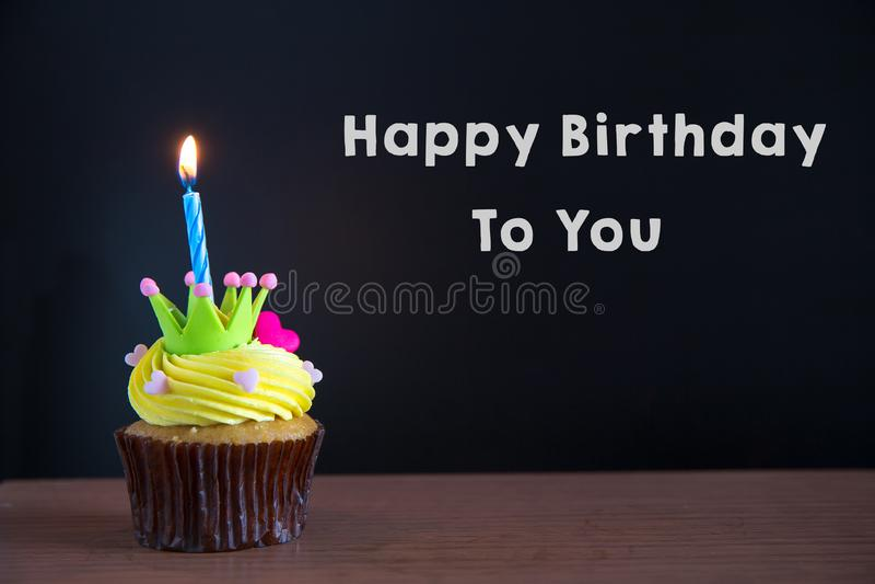 Mettez en forme de tasse le gâteau et joyeux anniversaire le texte sur le fond de tableau photo libre de droits