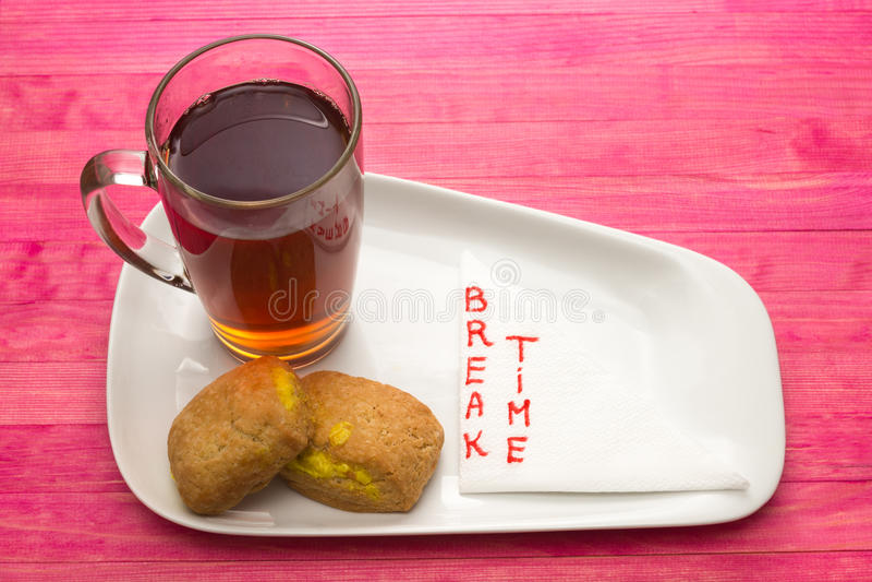 Mettez en forme de tasse le thé noir et les biscuits avec de la crème de citron photo stock