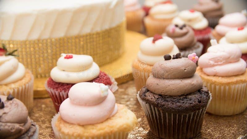Mettez en forme de tasse les gâteaux photo stock