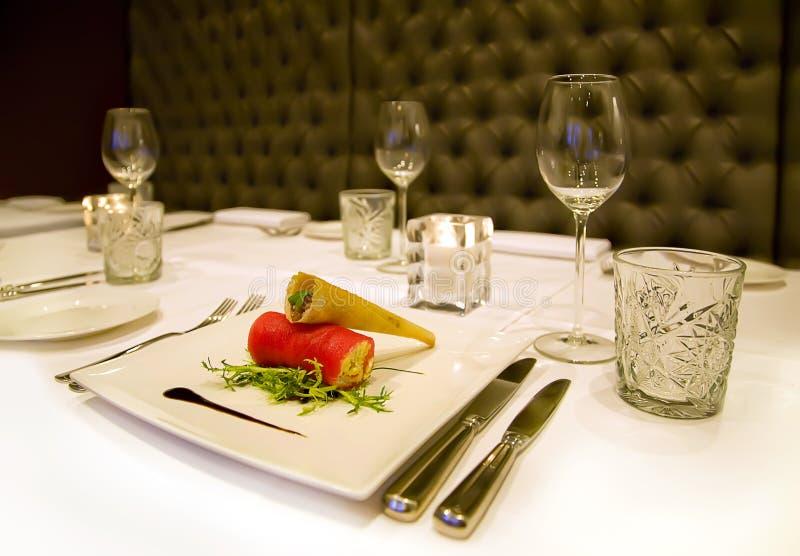 Mettez en marche la plaque sur la table de restaurant photo libre de droits