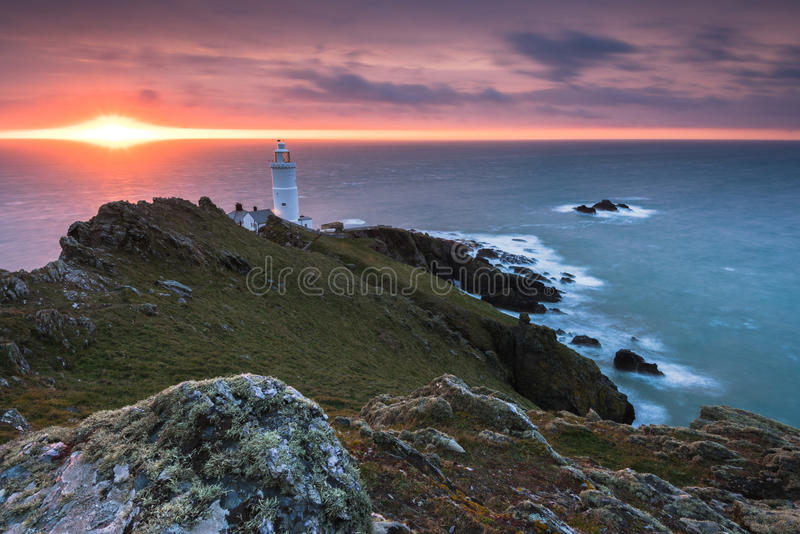 Mettez en marche le phare de point au lever de soleil en Devon, R-U photo libre de droits