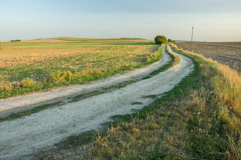 Mettez en marche une route de campagne arénacée Le paysage du countr polonais photo libre de droits