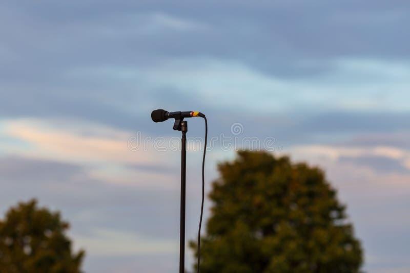 Mettez en place le microphone pour amplifier la représentation de bandes à une marche image libre de droits