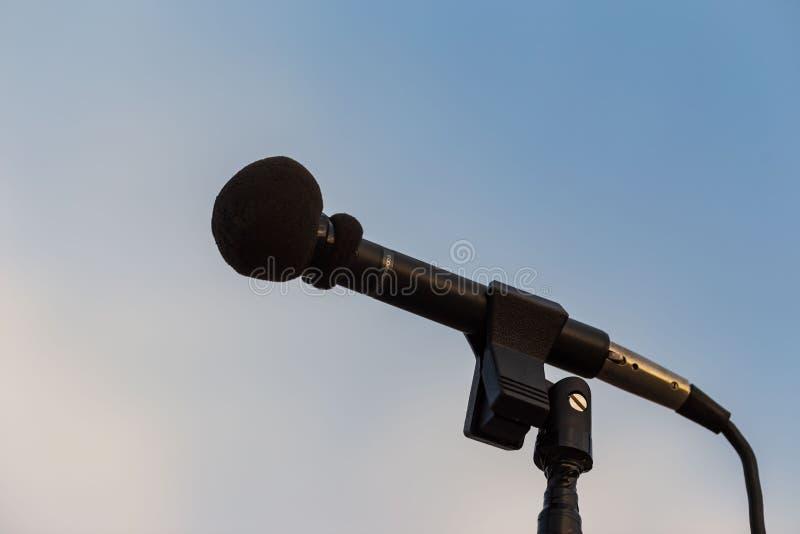 Mettez en place le microphone pour amplifier la représentation de bandes à une marche photos libres de droits