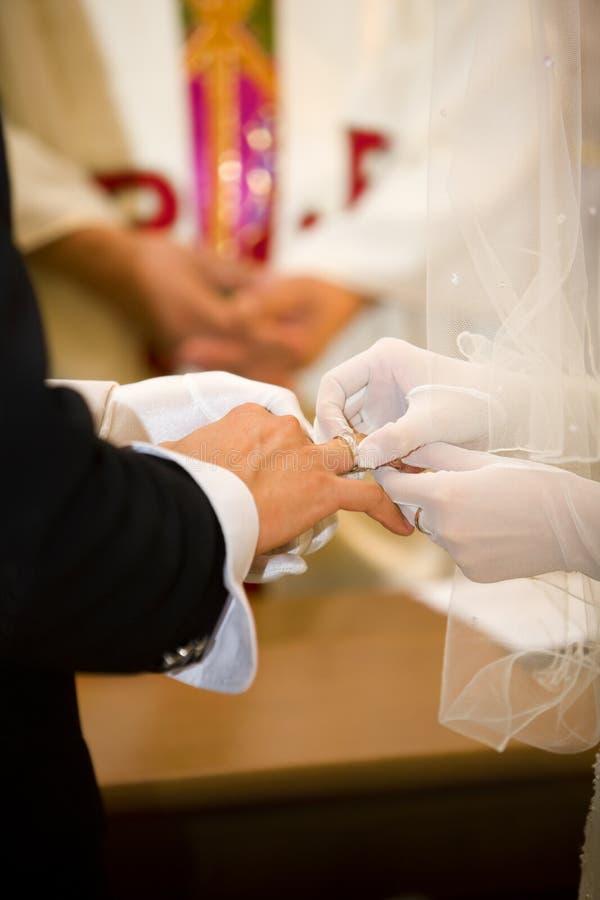 Mettez la boucle de mariage devant le pasteur photos libres de droits