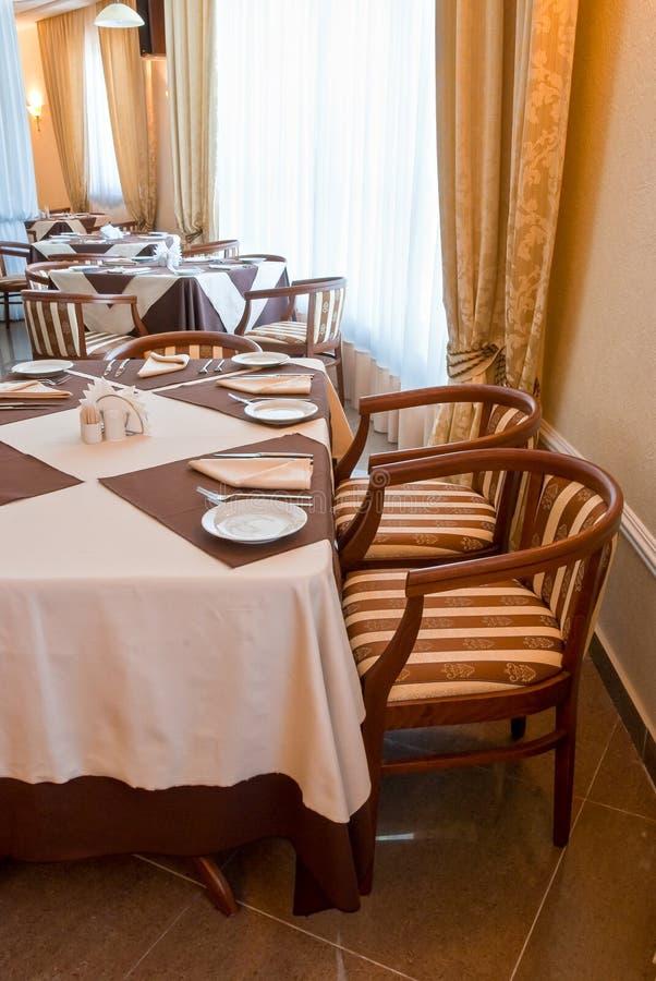 Mettez la table dans le beige et le brun photographie stock libre de droits