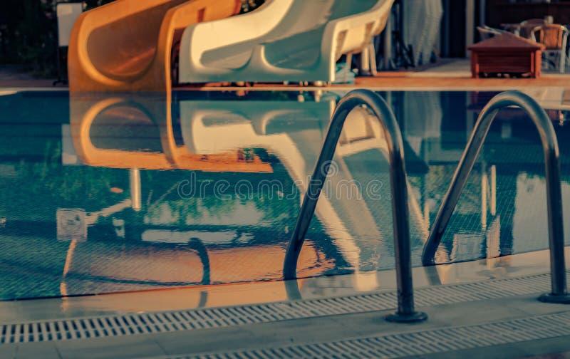 Mettez la vue en commun de balustrades d'inox sur des lumières d'aube de matin photos libres de droits