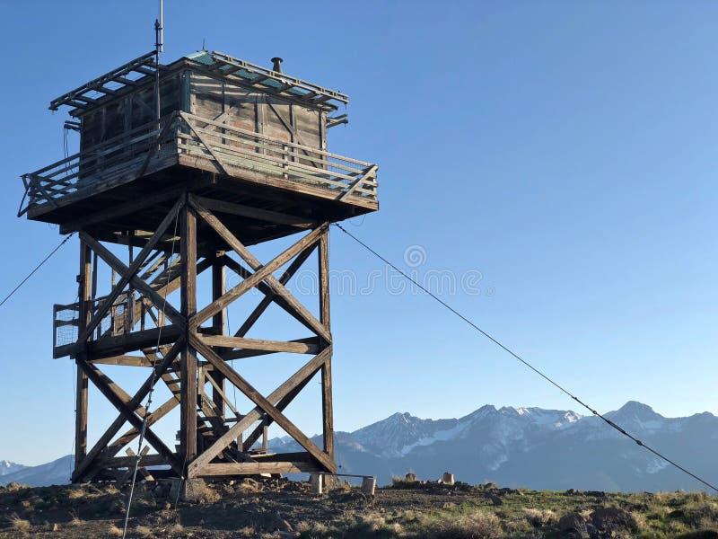 Mettez le feu à la tour de montre sur la montagne de surveillance près de Twisp et de Winthrop photographie stock libre de droits