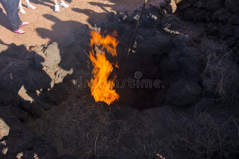 Mettez le feu à venir d'un trou dans la lave photographie stock libre de droits