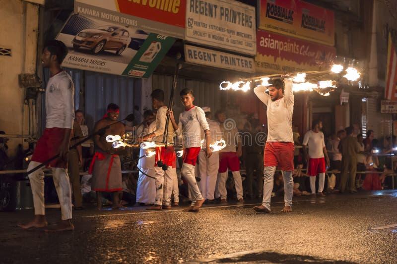 Mettez le feu aux artistes au festival d'Esala Perahera à Kandy photographie stock libre de droits