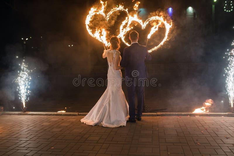 Mettez le feu aux couples photo libre de droits