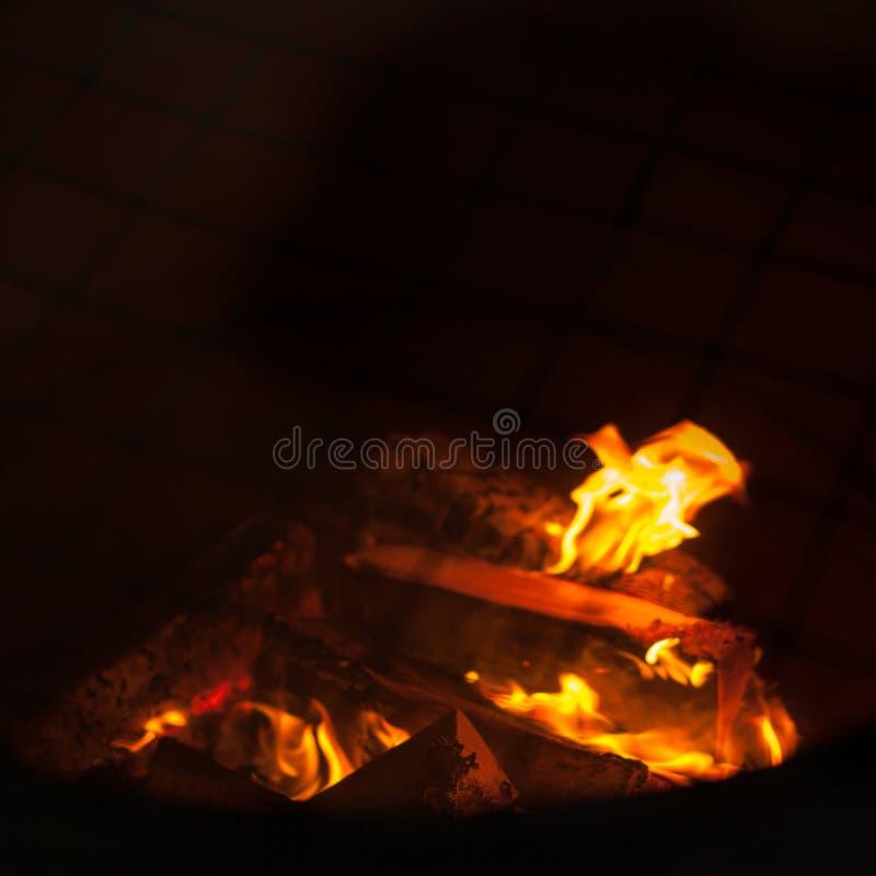 Mettez le feu aux flammes sur le fond noir - endroit du feu de barbecu photos stock